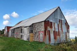 An old barn on the way to town